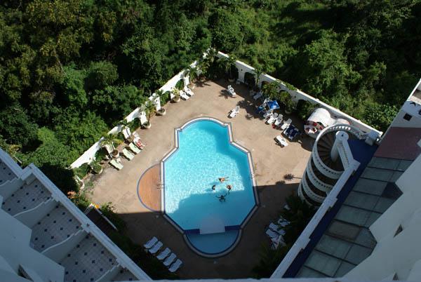 Бассейн в отеле De Lux.